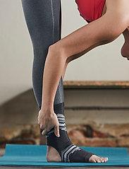 Gaiam - Grippy Yoga Anklets Smoky Grey - yogamatten & uitrusting - smokey grey - 0