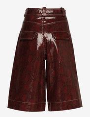 Ganni - Snake Foil Leather - læder shorts - decadent chocolate - 1