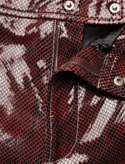 Ganni - Snake Foil Leather - læder shorts - decadent chocolate - 3
