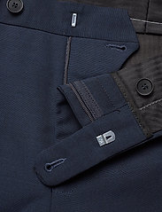 THE TAILORED TRAVELERS SUIT PANT S