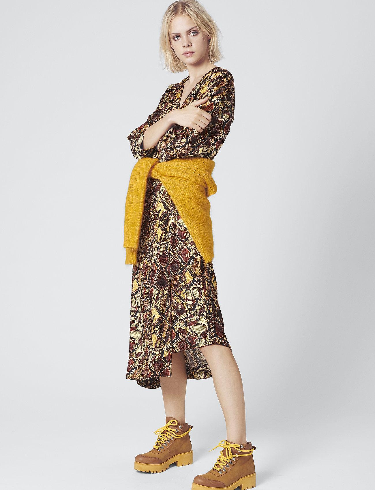Gestuz - ChellaGZ dress MA19 - kietaisumekot - red/yellow snake