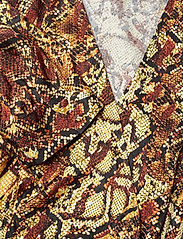 Gestuz - ChellaGZ dress MA19 - kietaisumekot - red/yellow snake - 3