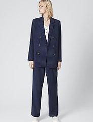Gestuz - KineGZ pants MA19 - leveälahkeiset housut - peacoat pinstripe - 0