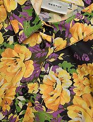 Gestuz - CassiaGZ AOP shirt AO20 - short-sleeved blouses - yellow flower garden - 2