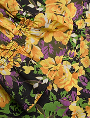 Gestuz - CassiaGZ AOP shirt AO20 - short-sleeved blouses - yellow flower garden - 3