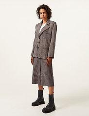 Gestuz - VivGZ long shorts MA20 - bukser med brede ben - brown check - 2