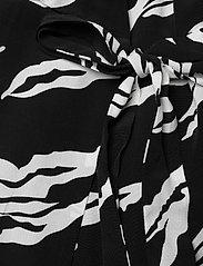 Gestuz - ZohaGZ wrap dress MS21 - slå-om-kjoler - black scratch - 5