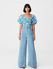 Gestuz - MynteGZ blouse - kortærmede bluser - blue flower - 0