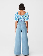 Gestuz - MynteGZ blouse - kortærmede bluser - blue flower - 3