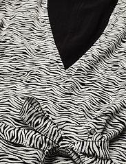 Gestuz - DisGZ wrap dress - sommerkjoler - grey wave - 4