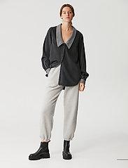 Gestuz - VakaGZ V-neck shirt - langærmede skjorter - washed grey - 0