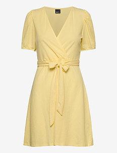 Wanja wrap dress - slå-om-kjoler - lemon meringue (2224)