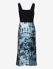 GUESS Jeans - SL TALIA DRESS - stickade klänningar - tie dye zebra pri - 1
