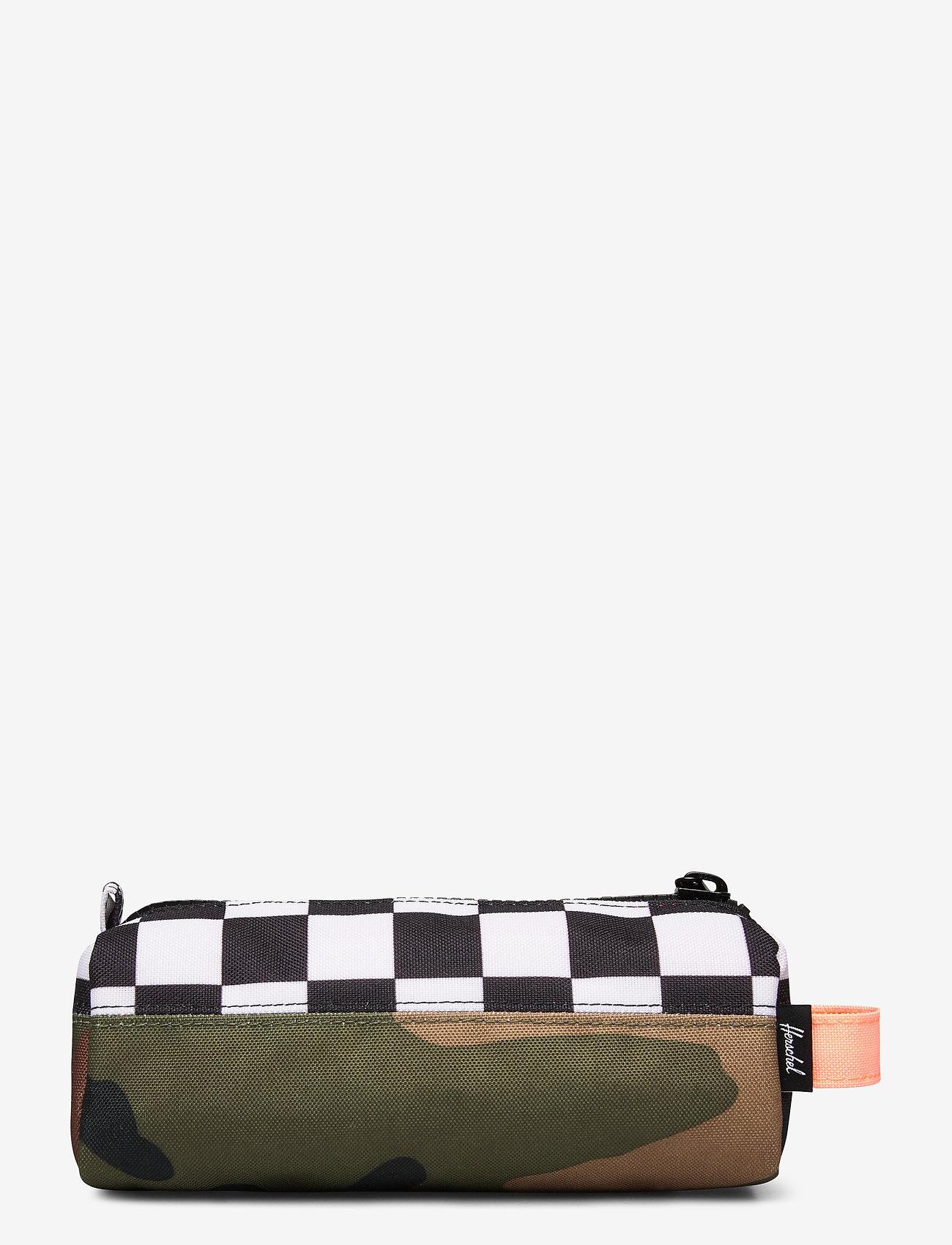 Herschel - Settlement Case-Woodland Camo/Black&White Checker/ - kassit & pienet laukut - woodland camo/black&white chec