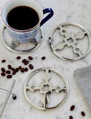 Hilke Collection - Coaster Amina Gemella - bordbrikker, glassunderlag & bordskånere - np brass - 5
