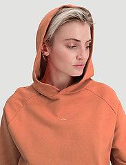 HOLZWEILER - Hang On Hoodie 20-04 - hoodies - orange - 4