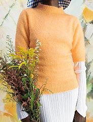HOLZWEILER - Puff Knit Tee - strikkede toppe - peach orange - 0