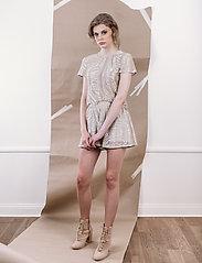 Ida Sjöstedt - Cat Shorts - casual shortsit - grey/gold - 0