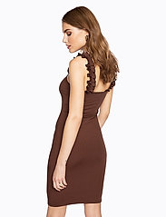 Ivyrevel - FRILL SHOULDER RIB DRESS - robes moulantes - brown - 3