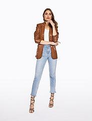 Ivyrevel - SLIM BELTED PU BLAZER - leather jackets - cognac - 3