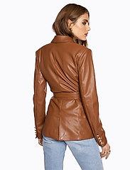Ivyrevel - SLIM BELTED PU BLAZER - leather jackets - cognac - 4