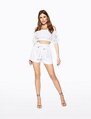 Ivyrevel - PAPER BAG MINI SHORTS - casual shortsit - white - 3
