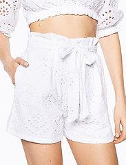 Ivyrevel - PAPER BAG MINI SHORTS - casual shortsit - white - 5