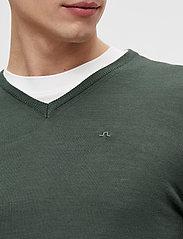 J. Lindeberg - Newman Merino V-neck - basic-strickmode - lake green melange - 5