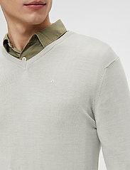 J. Lindeberg - Newman Merino V-neck - basic-strickmode - sand grey - 6