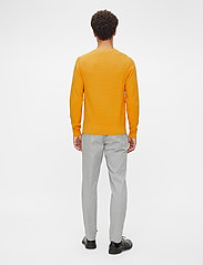 J. Lindeberg - Andy Structure C-Neck Sweater - basic-strickmode - golden orange - 3