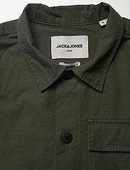 Jack & Jones - JCOWODONGA SHIRT LS ONE POCKET - Överdelar - forest night - 2