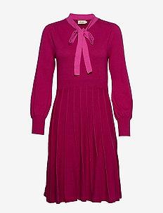 Vilhelmina - midi kjoler - cerise