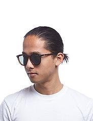 Le Specs - FIRE STARTER *POLARIZED* - ronde zonnebril - matte tort w/ khaki mono **polarized** lens - 5