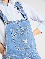 Lee Jeans - BIB SHORT - buksedragter - light trashed - 4