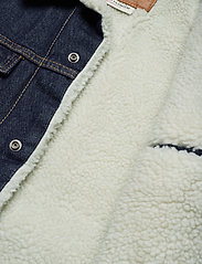 LEVI´S Men - TYPE 3 SHERPA TRUCKER ROCKRIDG - denim jackets - med indigo - worn in - 5