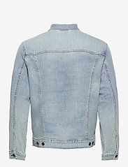 LEVI´S Men - THE TRUCKER JACKET COLDER THAN - kurtki dżinsowe - light indigo - worn in - 1