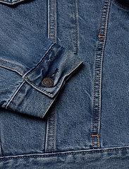LEVI´S Men - STAY LOOSE TRUCKER HANG LOOSE - denim jackets - light indigo - worn in - 4