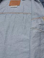 LEVI´S Men - STAY LOOSE TRUCKER HANG LOOSE - denim jackets - light indigo - worn in - 5