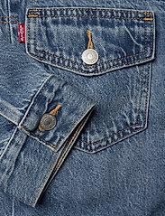 LEVI´S Women - NEW HERITAGE TRUCKER TURN THE - denimjakker - med indigo - worn in - 3