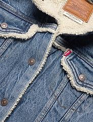 LEVI´S Women - ORIG SHERPA TRIM TRUCKER CONCR - vestes en jean - light indigo - worn in - 2