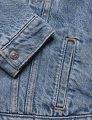 LEVI´S Women - ORIG SHERPA TRIM TRUCKER CONCR - vestes en jean - light indigo - worn in - 3