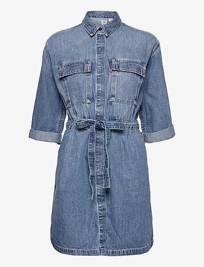 AINSLEY UTILITY DENIM D FREAKY - sukienki koszulowe - med indigo - flat finish