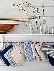 Lexington Home - Icons Cotton Herringbone Striped Mitten - pannulaput ja patakintaat - beige/white - 2