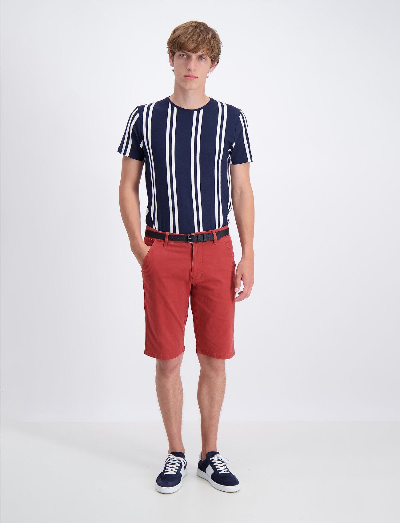 Lindbergh - Classic chino shorts w. belt - chinot - dusty red