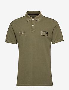 Garment dyed S/S appliqué polo - krótki rękaw - lt army