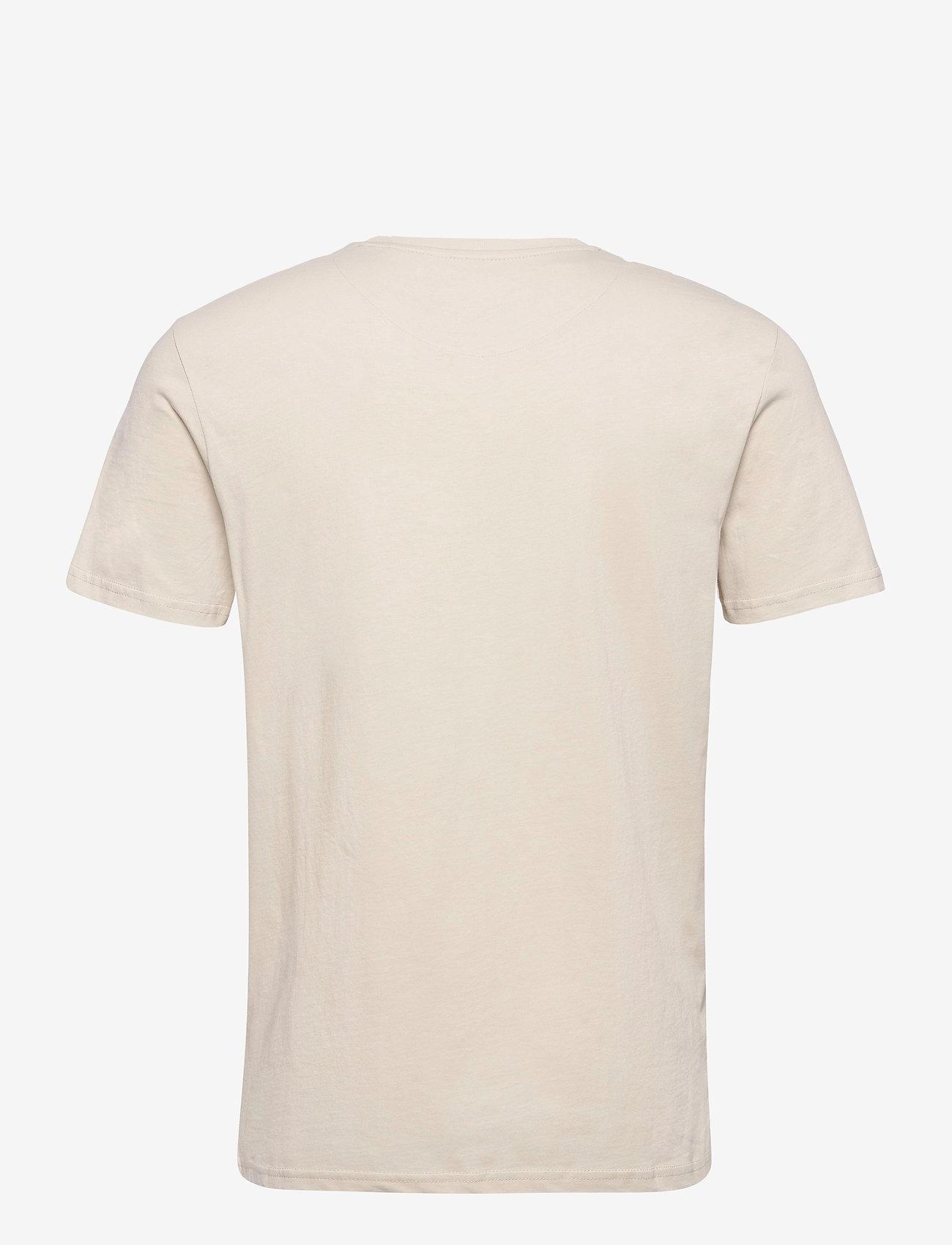 Lyle & Scott - Contrast Pocket T Shirt - t-shirts à manches courtes - sesame/ trek green - 1