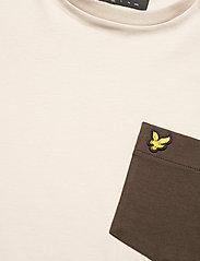 Lyle & Scott - Contrast Pocket T Shirt - t-shirts à manches courtes - sesame/ trek green - 2