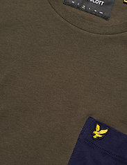 Lyle & Scott - Contrast Pocket T Shirt - t-shirts à manches courtes - trek green/ navy - 2