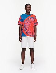 Marimekko - KUUSIKKO APPELSIINI T-SHIRT - t-shirts - bright blue, orange, pink - 0