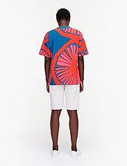 Marimekko - KUUSIKKO APPELSIINI T-SHIRT - t-shirts - bright blue, orange, pink - 3